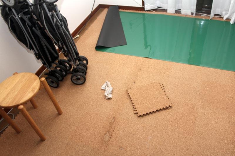 床に敷いたコルクマット
