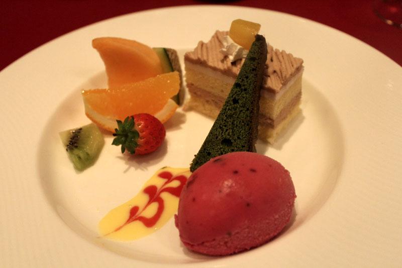 カシスのアイスと抹茶のケーキとモンブランとフルーツ