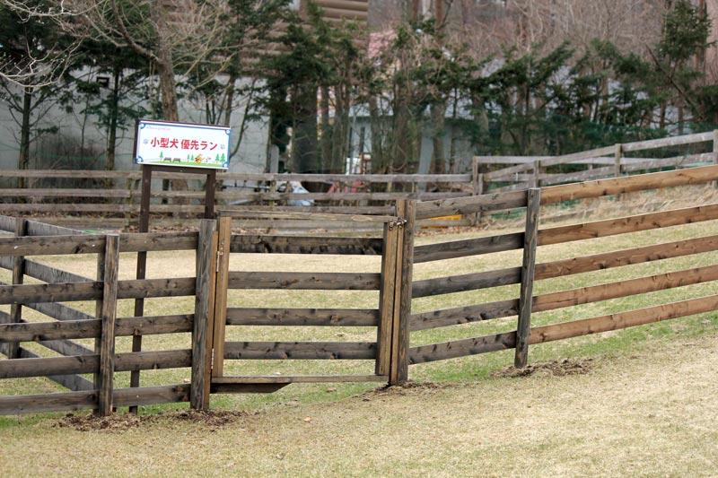 柵や看板が新しくなってます。